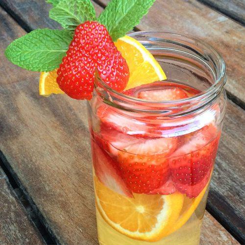 agua saborizada de naranja y fresa. saludable y sin azúcar