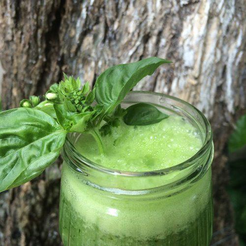 batido verde de albahaca, jengibre, pepino, limón y miel